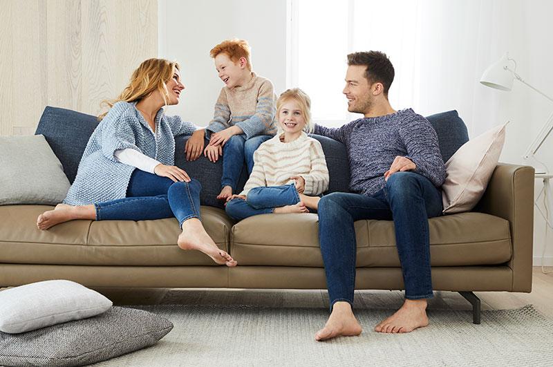Familie in gestrickten Pullovern aus Schachenmayr-Garnen